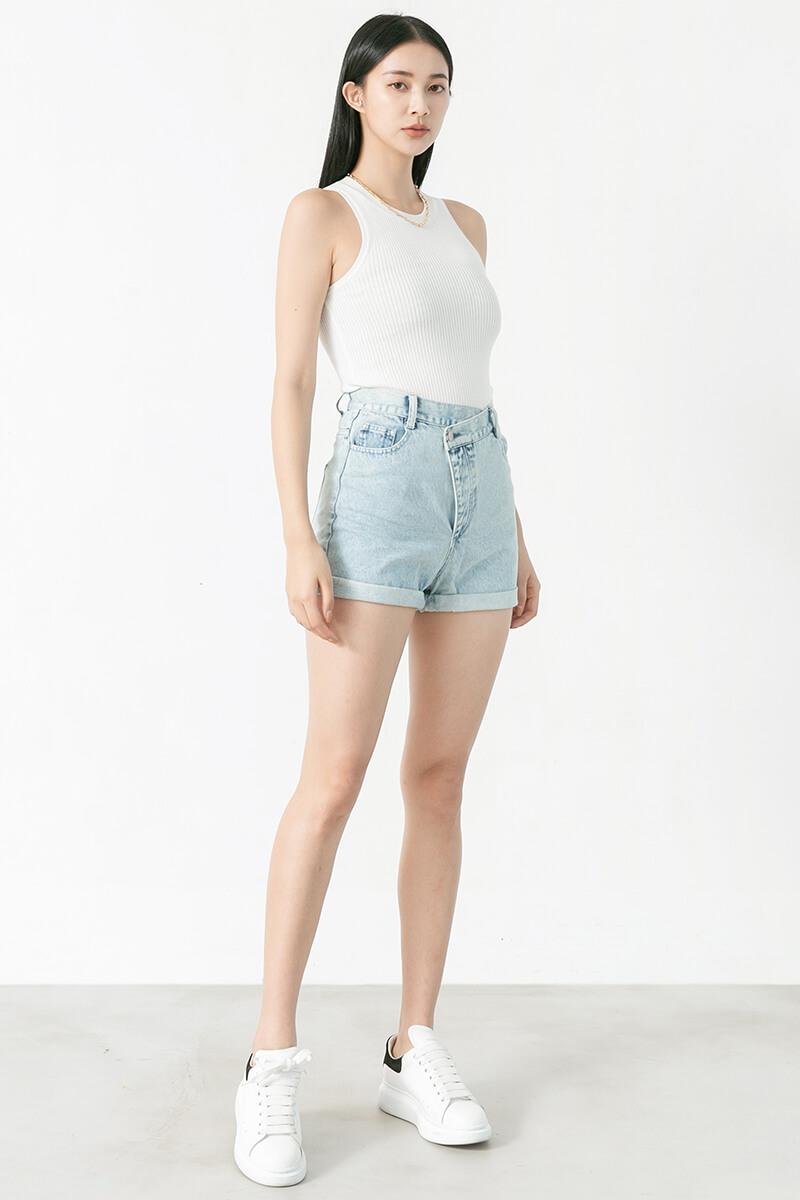 不對稱排釦牛仔短褲