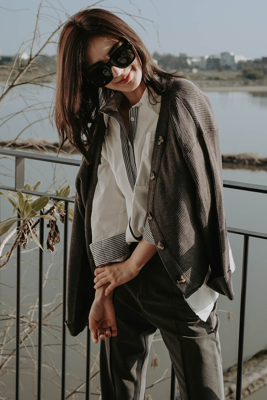 寬領排釦針織上衣